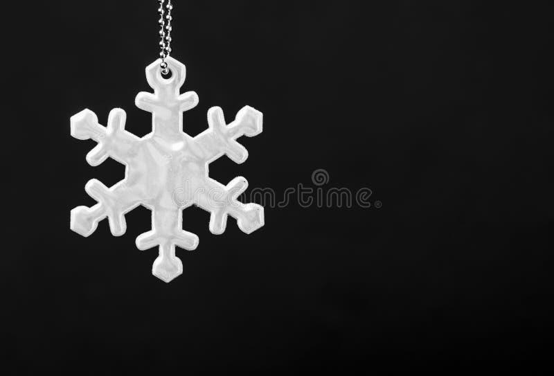Γραπτή φωτογραφία του ανακλαστήρα ασφάλειας snowflakes μορφής Απαραίτητος εξοπλισμός στους πεζούς για τους περιπάτους κατά τη διά στοκ φωτογραφία με δικαίωμα ελεύθερης χρήσης