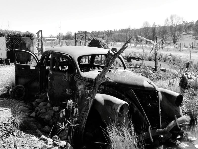 Γραπτή φωτογραφία του παλαιού εγκαταλειμμένου εκλεκτής ποιότητας αυτοκινήτου στοκ εικόνες