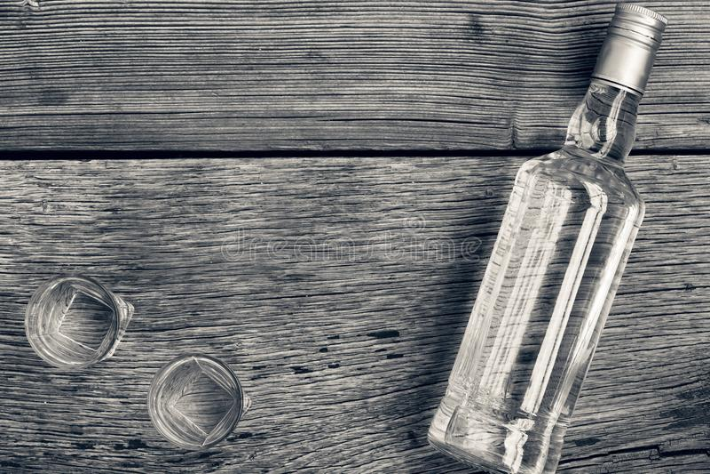 Γραπτή φωτογραφία του Πεκίνου, Κίνα Πολυτέλεια ΒΟΤΚΑΣ Βότκα σε ένα μπουκάλι και γυαλιά σε ένα υπόβαθρο του ξύλου στοκ φωτογραφίες
