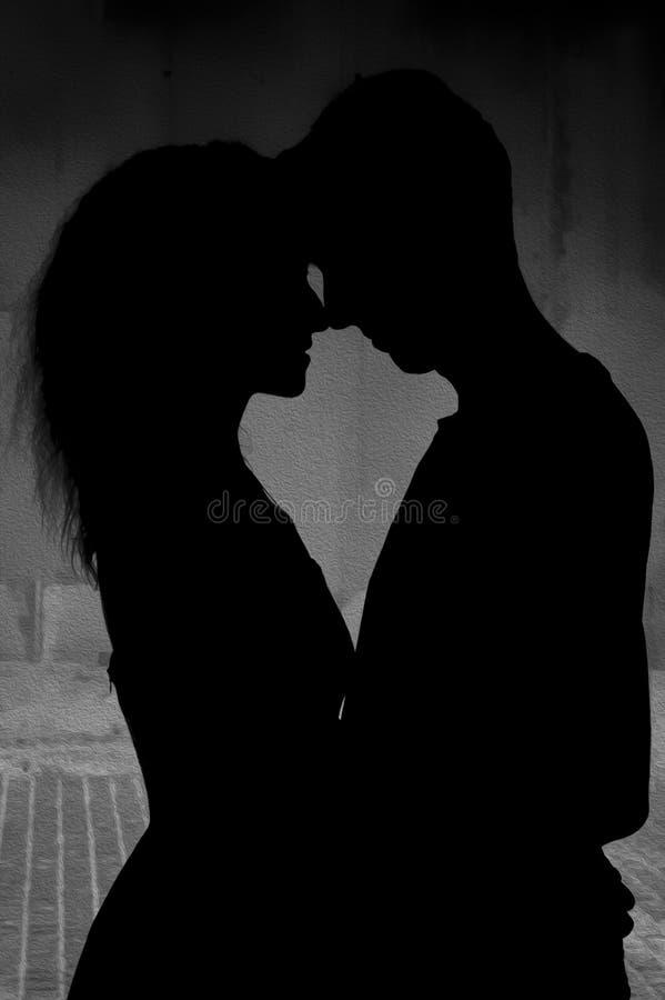 Γραπτή φωτογραφία του Πεκίνου, Κίνα Σκιαγραφία χαμηλού φωτισμού ενός αγκαλιάζοντας ζεύγους Γκρίζος τοίχος στο υπόβαθρο στοκ φωτογραφία