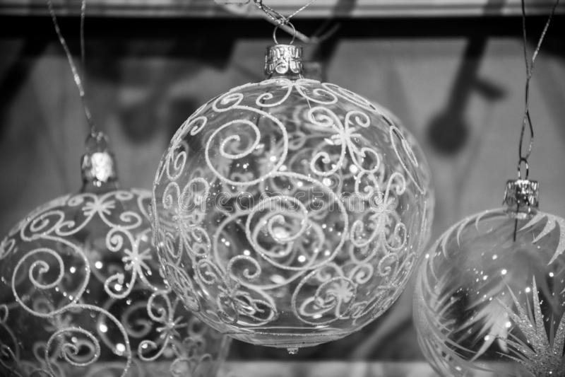 Γραπτή φωτογραφία των διαφανών βολβών γυαλιού με το κομψό παγωμένο σχέδιο στροβίλου Διακοσμήσεις χριστουγεννιάτικων δέντρων παραμ στοκ φωτογραφία