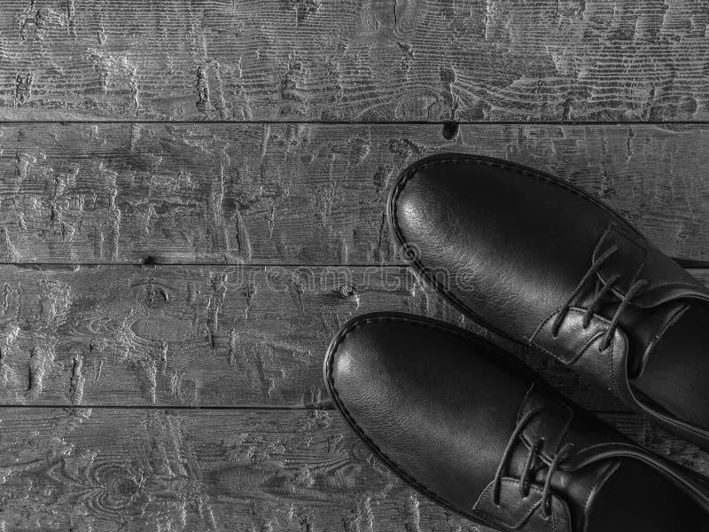 Γραπτή φωτογραφία των παπουτσιών των κλασικών ατόμων σε ένα σκοτεινό πάτωμα r στοκ φωτογραφία με δικαίωμα ελεύθερης χρήσης