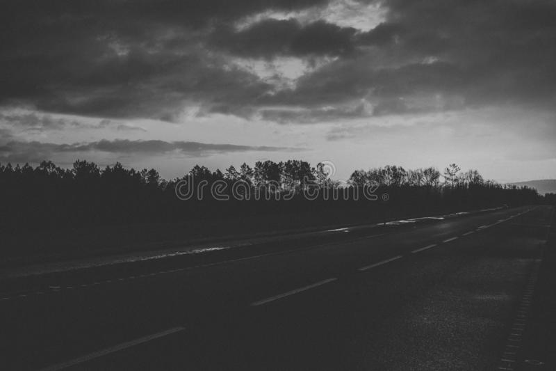 Γραπτοί δρόμος και τοπίο στοκ εικόνα