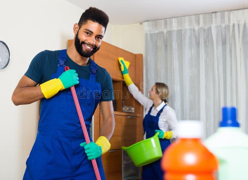 Γραπτοί καθαριστές στην εργασία στοκ φωτογραφία με δικαίωμα ελεύθερης χρήσης