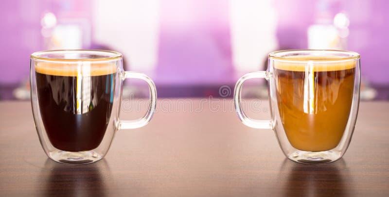Γραπτός καφές στα φλυτζάνια στον πίνακα στοκ φωτογραφίες