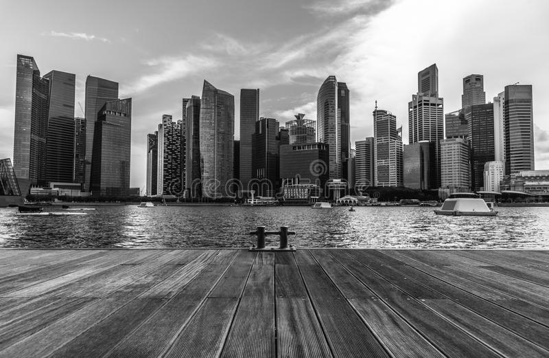 Γραπτός ορίζοντας πόλεων της Σιγκαπούρης του εμπορικού κέντρου στοκ φωτογραφία