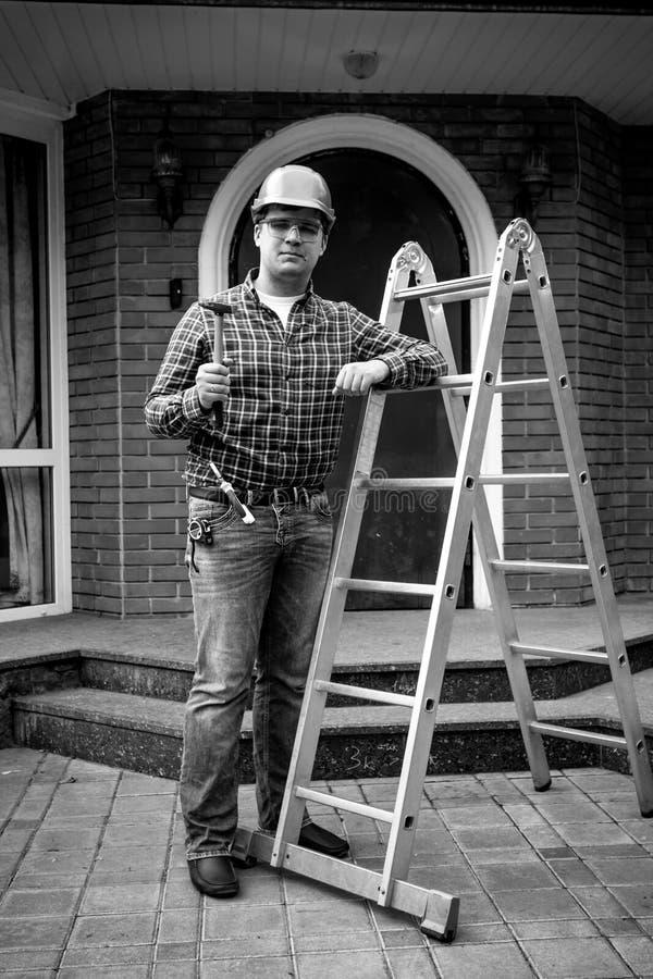 Γραπτός πυροβολισμός της τοποθέτησης εργαζομένων με τα εργαλεία στη σκάλα μετάλλων στοκ εικόνες με δικαίωμα ελεύθερης χρήσης