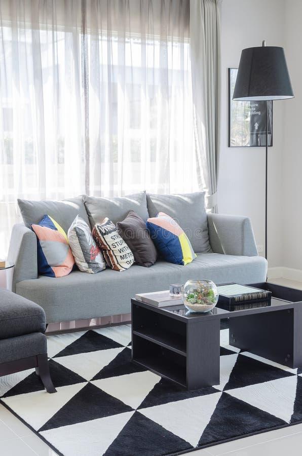 Γραπτός τόνος χρώματος καθιστικών με το σύγχρονο γκρίζο καναπέ στοκ φωτογραφίες με δικαίωμα ελεύθερης χρήσης