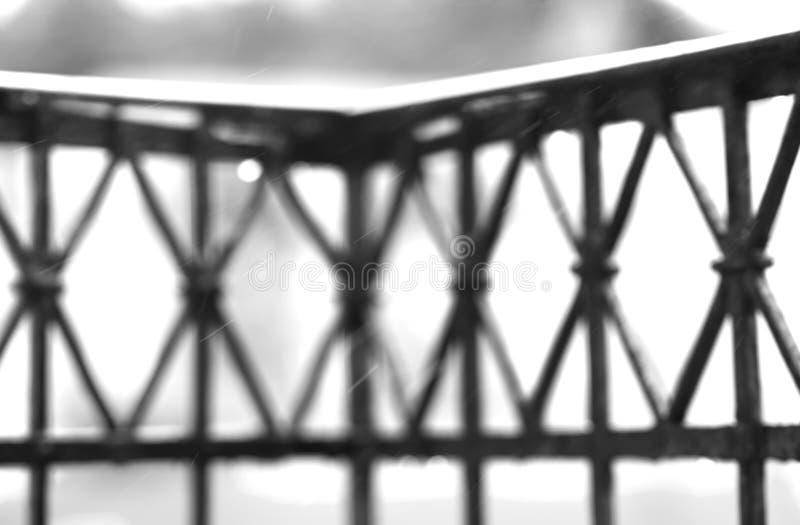 Γραπτός φράκτης μπαλκονιών με το υπόβαθρο πτώσεων βροχής στοκ φωτογραφίες με δικαίωμα ελεύθερης χρήσης