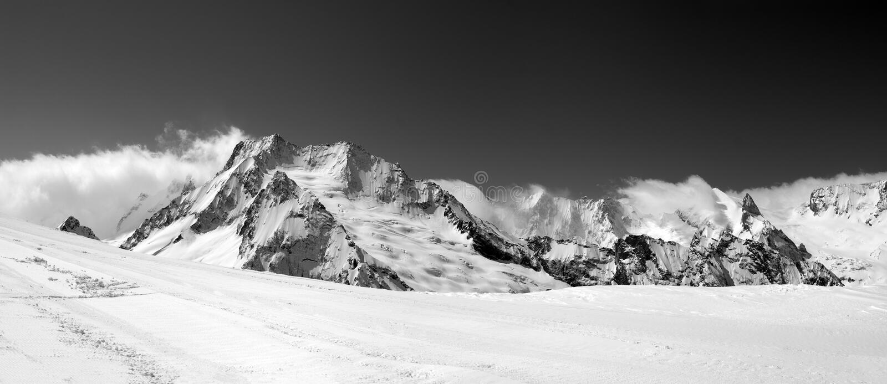 Γραπτό πανόραμα στα βουνά κλίσεων και χειμώνα σκι στοκ φωτογραφία με δικαίωμα ελεύθερης χρήσης