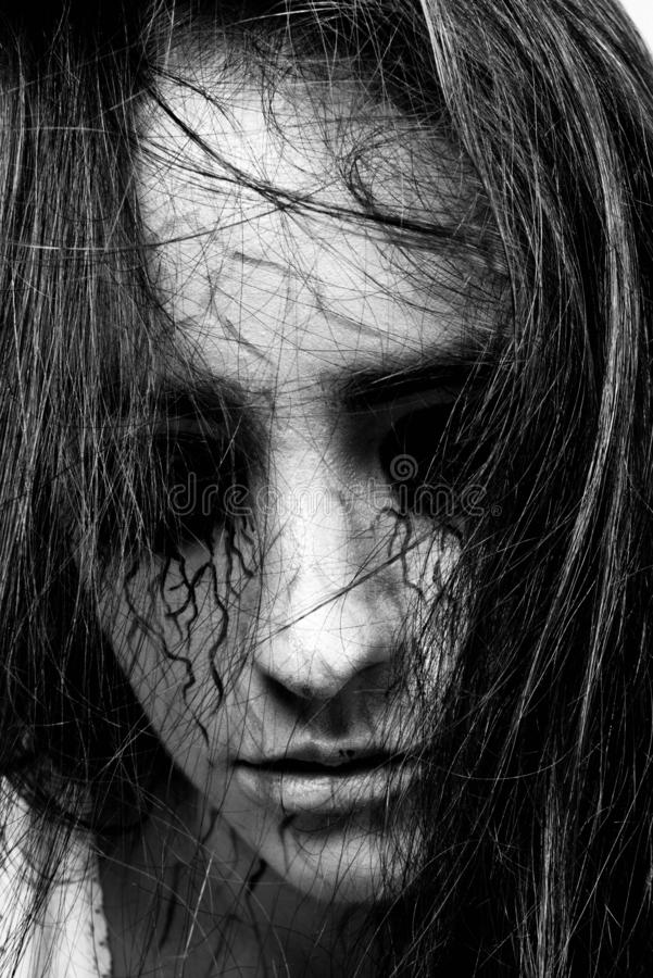 Γραπτό πορτρέτο ενός κοριτσιού με τα μαυρισμένα μάτια και τις μαύρες φλέβες τρέλα και ιδεοληψία με τα πνεύματα έννοια αποκριών κα στοκ εικόνα με δικαίωμα ελεύθερης χρήσης