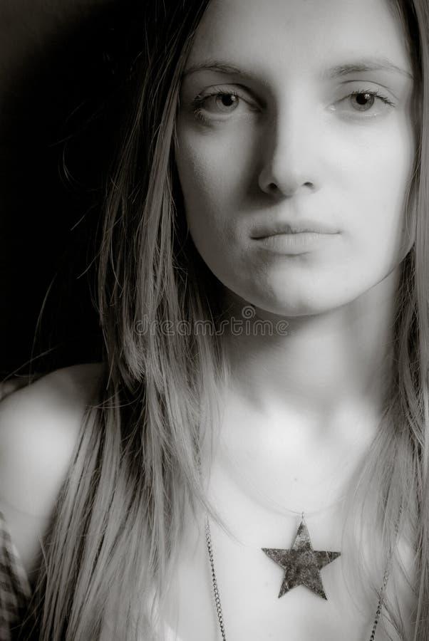 Γραπτό πορτρέτο ενός όμορφου κοριτσιού στοκ φωτογραφία με δικαίωμα ελεύθερης χρήσης