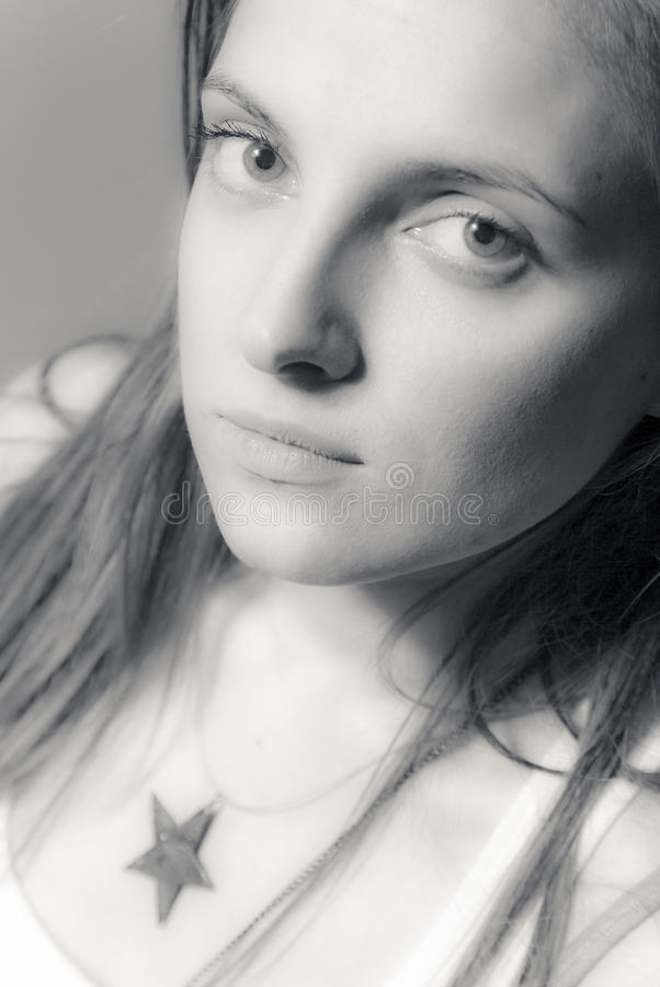 Γραπτό πορτρέτο ενός όμορφου κοριτσιού στοκ εικόνα