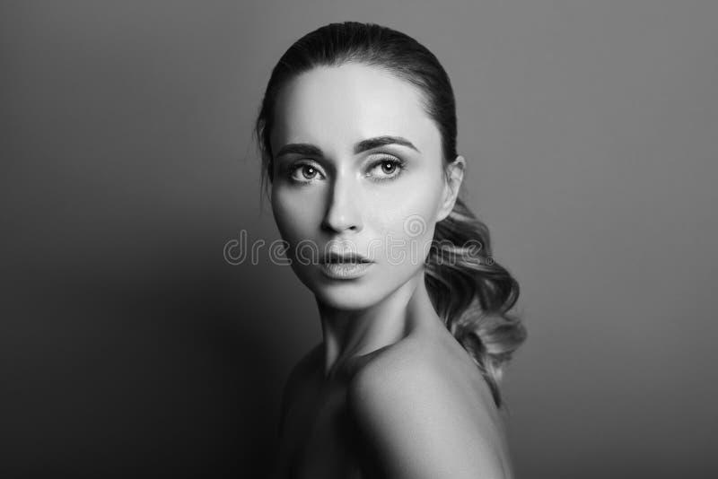 Γραπτό πορτρέτο μιας γυναίκας με την τέλεια καθαρή κινηματογράφηση σε πρώτο πλάνο δερμάτων Όμορφο brunette στο σκοτεινό υπόβαθρο στοκ φωτογραφία με δικαίωμα ελεύθερης χρήσης