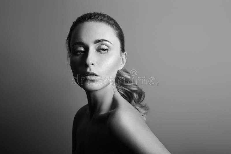 Γραπτό πορτρέτο μιας γυναίκας με την τέλεια καθαρή κινηματογράφηση σε πρώτο πλάνο δερμάτων Όμορφο brunette στο σκοτεινό υπόβαθρο στοκ φωτογραφία