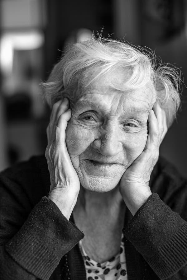 Γραπτό πορτρέτο μιας ηλικιωμένης γυναίκας στοκ εικόνα