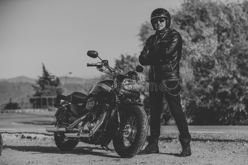 Γραπτό πορτρέτο της τοποθέτησης ατόμων κοντά στη μοτοσικλέτα του στοκ φωτογραφίες με δικαίωμα ελεύθερης χρήσης