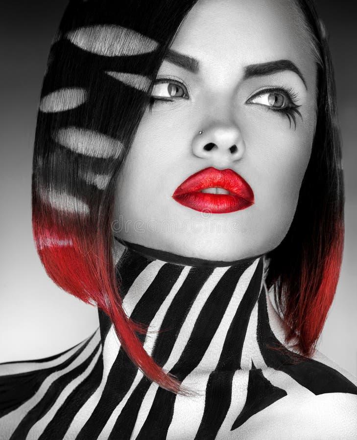 Γραπτό πρότυπο μόδας φωτογραφιών στούντιο og με τα λωρίδες στο BO στοκ φωτογραφία