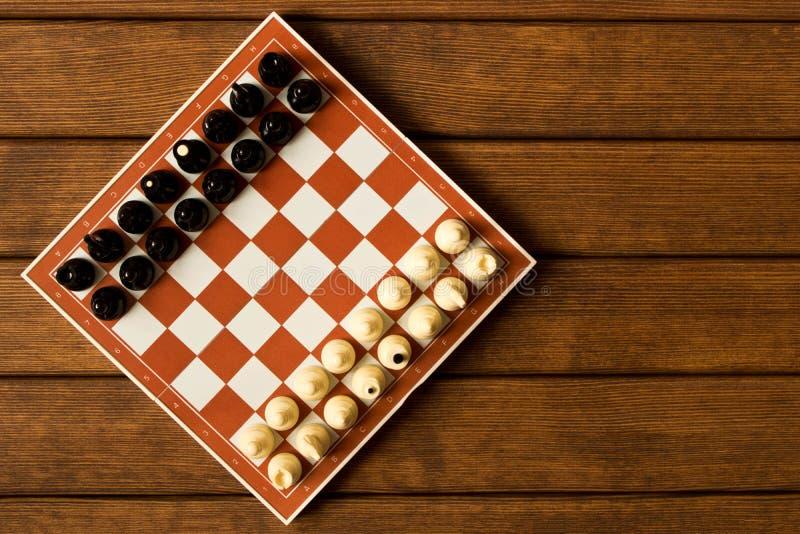 Γραπτό σκάκι σε μια σκακιέρα σε έναν ξύλινο πίνακα Το vie στοκ φωτογραφίες