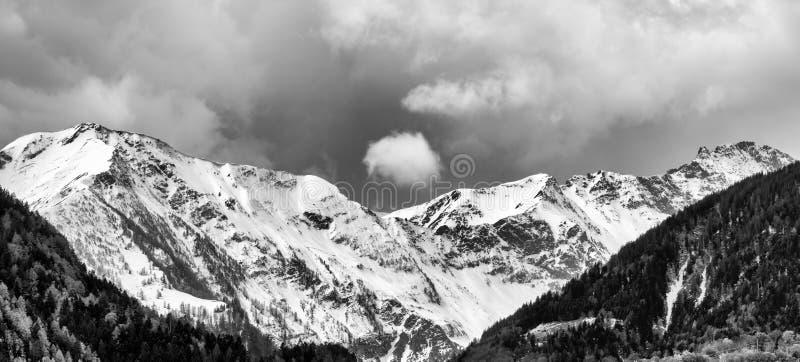 Γραπτό τοπίο βουνών πανοράματος με τις χιονοσκεπείς αιχμές και εκφραστικό cloudscape στοκ φωτογραφία με δικαίωμα ελεύθερης χρήσης