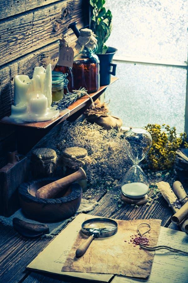 Γραφέας και witcher εργαστήριο με τους κυλίνδρους και τα συστατικά στοκ εικόνα