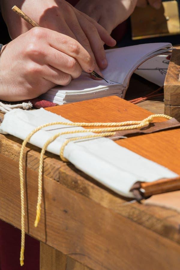 Γραφέας που ασκεί τον παραδοσιακό φωτισμό στοκ φωτογραφία με δικαίωμα ελεύθερης χρήσης
