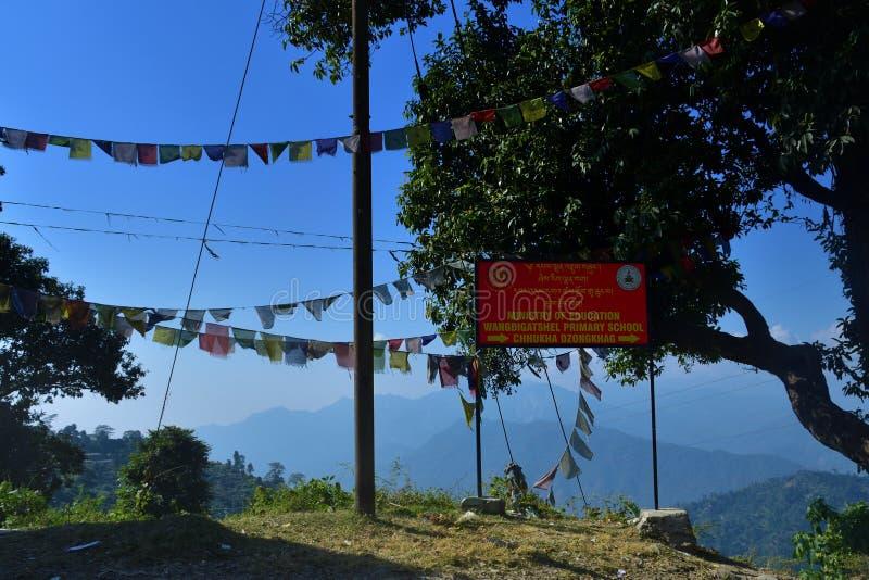 Γραφές στο bord του Υπουργείου του Μπουτάν Παιδείας, το όνομα pf ένα δημοτικό σχολείο στοκ φωτογραφίες