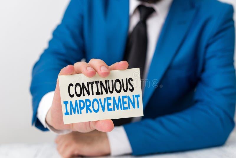 Γραφή κειμένου με γραφή Συνεχής βελτίωση Έννοια που σημαίνει συνεχιζόμενη προσπάθεια για τη βελτίωση προϊόντων ή διαδικασιών στοκ φωτογραφία