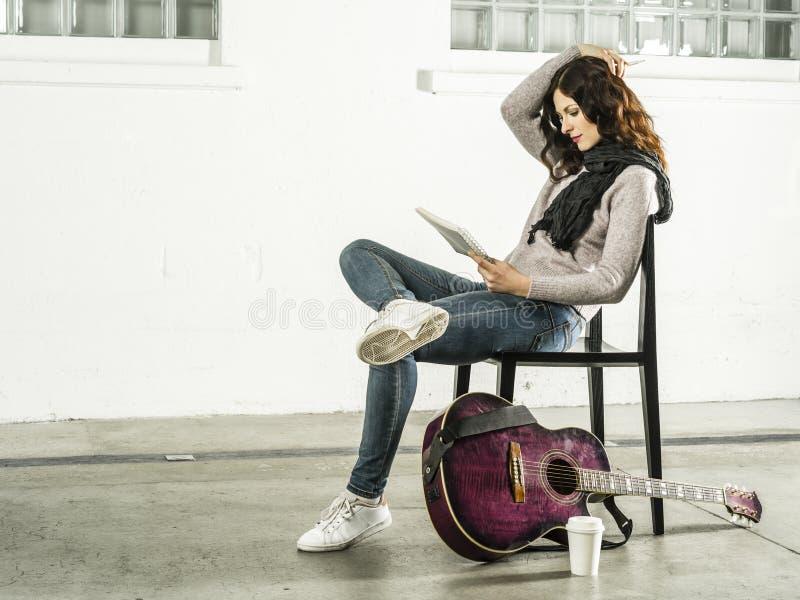 Γραφή τραγουδιών με ακουστική κιθάρα στοκ εικόνα