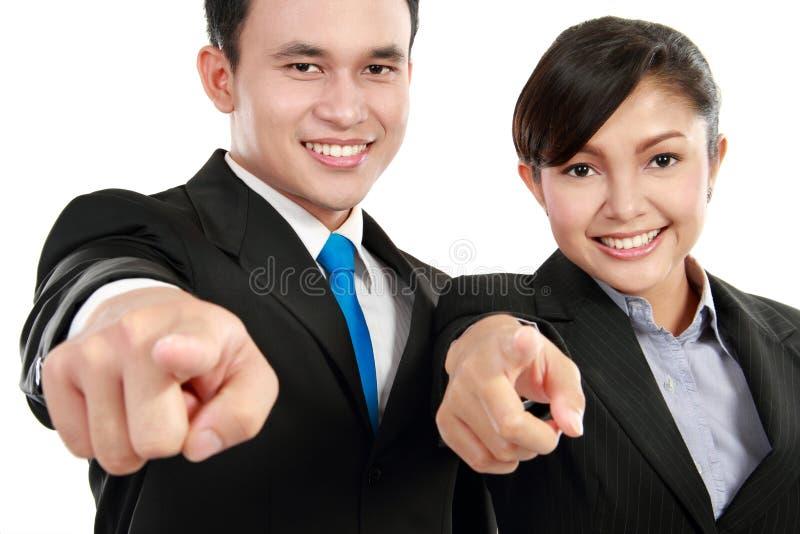γραφείο ανδρών που δείχνει τον εργαζόμενο γυναικών στοκ φωτογραφίες με δικαίωμα ελεύθερης χρήσης