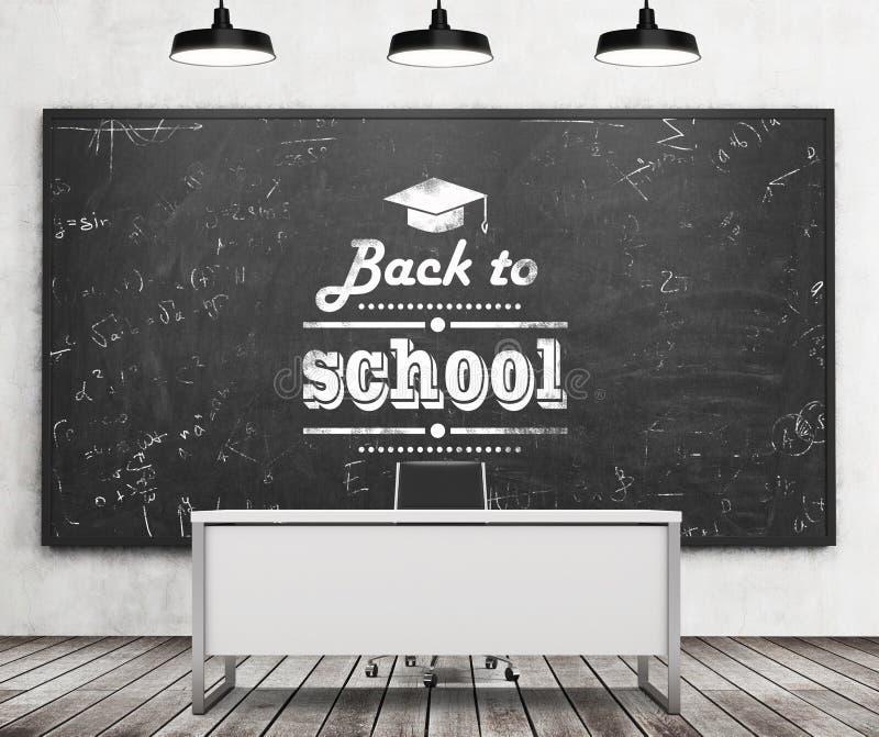 Γραφείο δασκάλου σε ένα σύγχρονο πανεπιστήμιο ή ένα σχολείο Ένας τεράστιος μαύρος πίνακας κιμωλίας στον τοίχο με γραπτός κάτω από ελεύθερη απεικόνιση δικαιώματος
