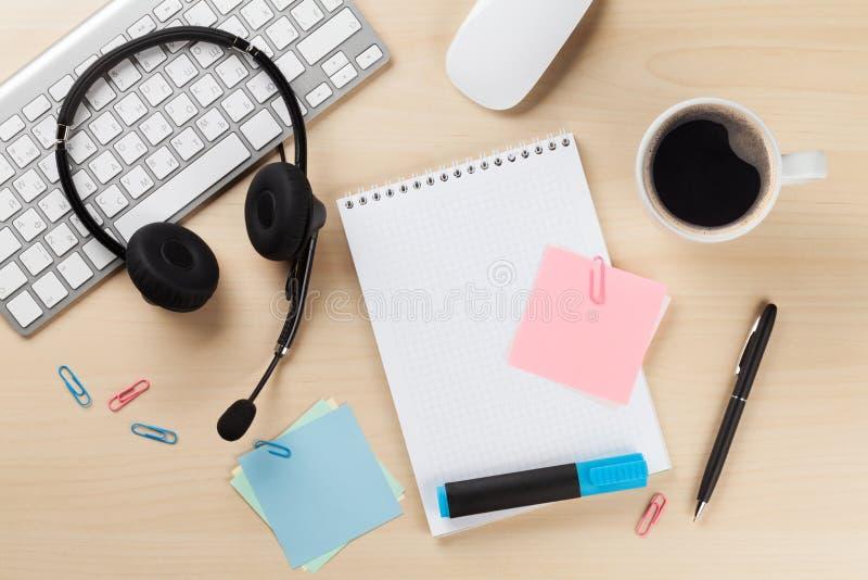Γραφείο γραφείων με την κάσκα και τις προμήθειες οι τρισδιάστατες εικόνες τηλεφωνικών κέντρων ανασκόπησης απομόνωσαν το λευκό στοκ εικόνα