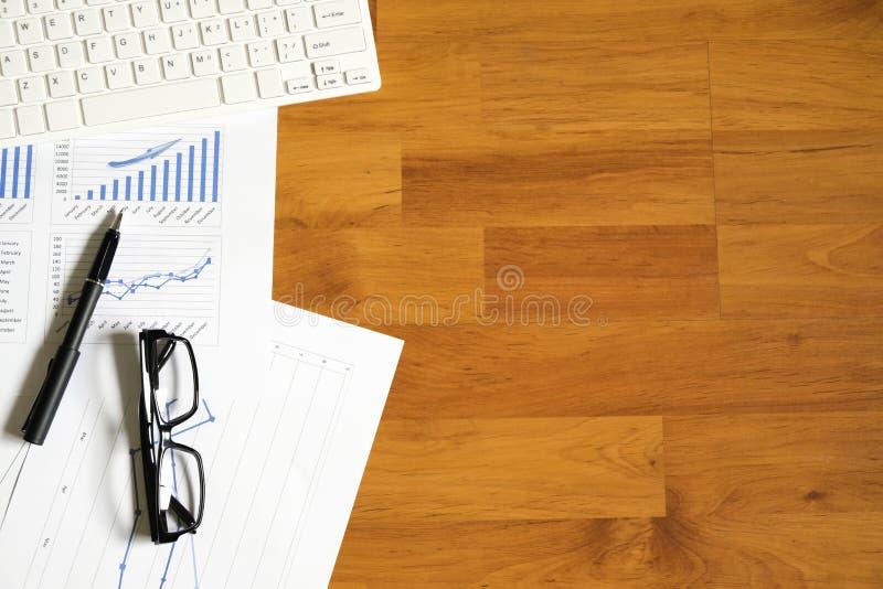 Γραφείο γραφείων με τη μάνδρα, έκθεση ανάλυσης, υπολογιστής κορυφαία όψη στοκ εικόνες