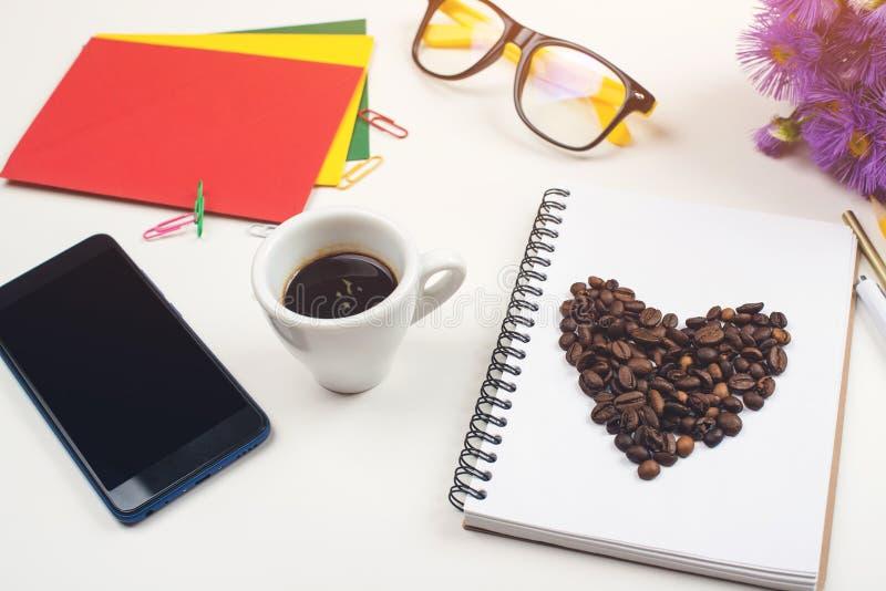 Γραφείο γραφείων με το φλιτζάνι του καφέ Χώρος εργασίας με το σημειωματάριο, τις προμήθειες γραφείων, eyeglasses, το φλυτζάνι sma στοκ φωτογραφίες με δικαίωμα ελεύθερης χρήσης