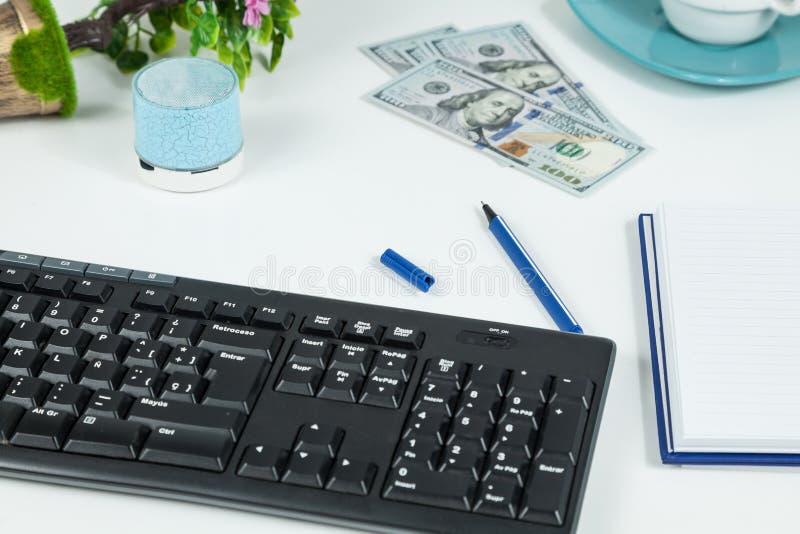Γραφείο, επιχειρησιακά αντικείμενα στο άσπρο γραφείο στοκ φωτογραφία με δικαίωμα ελεύθερης χρήσης