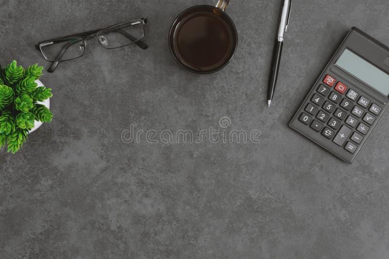 Γραφείο εργασίας με τον υπολογιστή, το φλυτζάνι καφέ, eyeglasses τη μάνδρα και τις σε δοχείο εγκαταστάσεις στοκ εικόνες με δικαίωμα ελεύθερης χρήσης