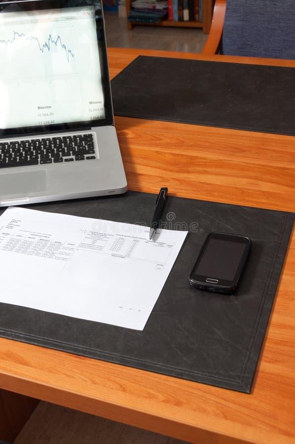 Γραφείο με τα έγγραφα, το lap-top και το smartphone στοκ εικόνες
