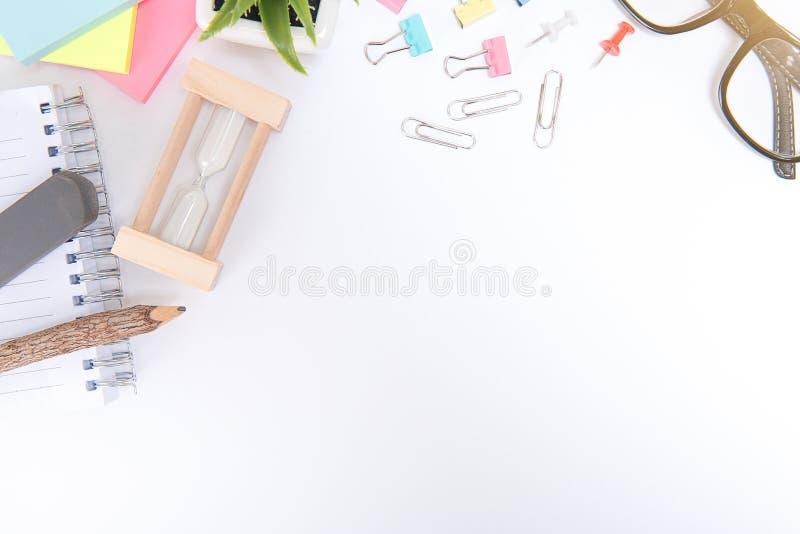Γραφείο με τα εργαλεία και το γραφείο γραφείων σημειωματάριων, πίνακας γραφείων γραφείων στοκ φωτογραφία με δικαίωμα ελεύθερης χρήσης