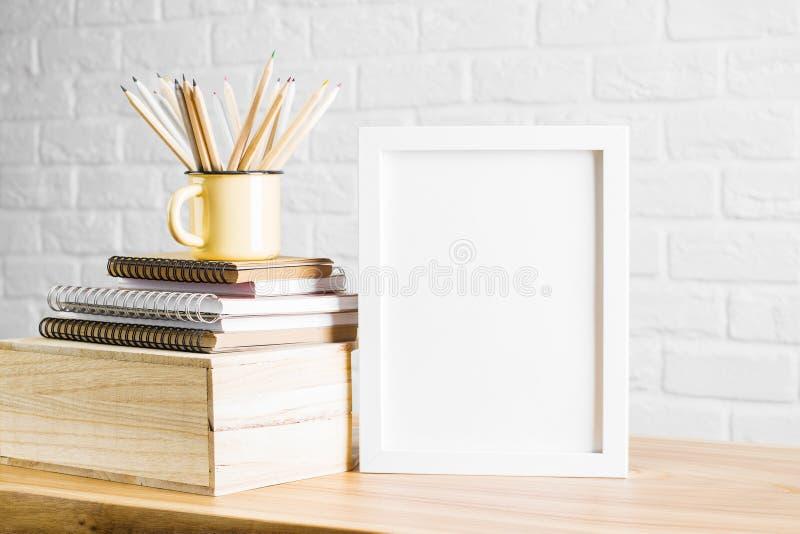 Γραφείο με το άσπρες πλαίσιο και τις προμήθειες στοκ φωτογραφίες με δικαίωμα ελεύθερης χρήσης
