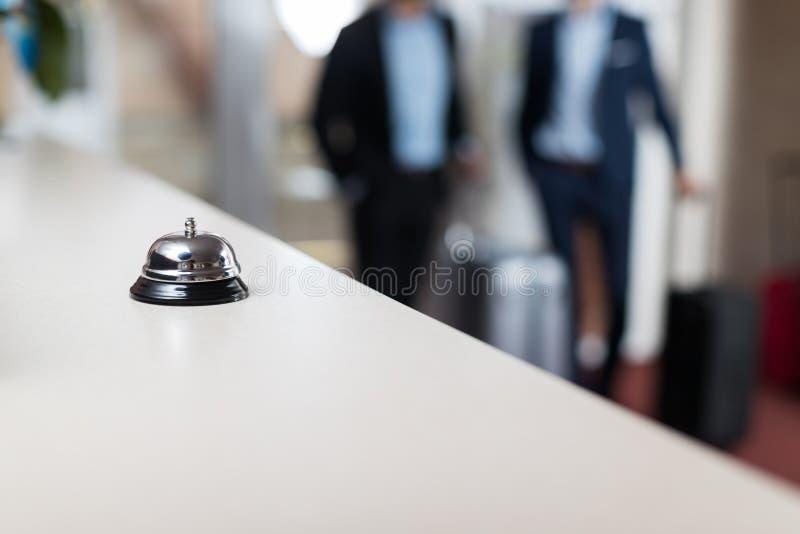 Γραφείο με το σύγχρονο μετρητή υποδοχής ξενοδοχείων πολυτελείας κουδουνιών στοκ φωτογραφία με δικαίωμα ελεύθερης χρήσης