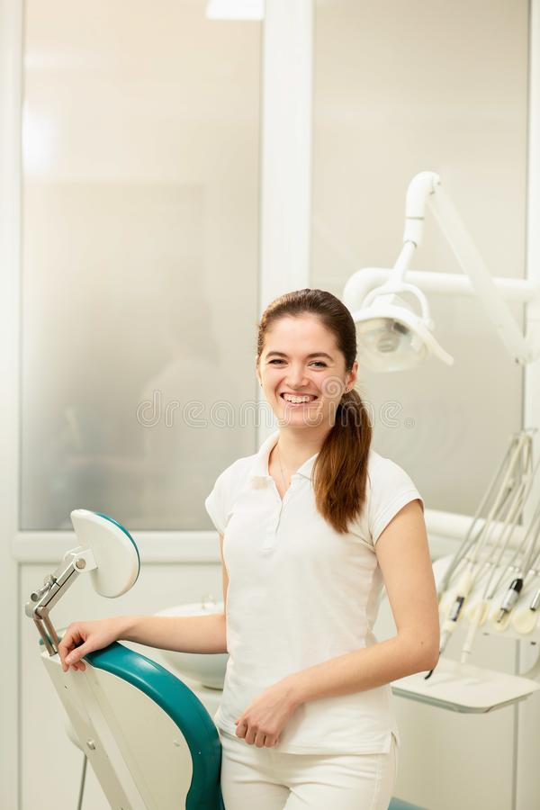 Γραφείο οδοντιάτρων Ένας γιατρός μέσα ενός συνόλου γραφείων οδοντιάτρων του ιατρικού εξοπλισμού στοκ φωτογραφίες