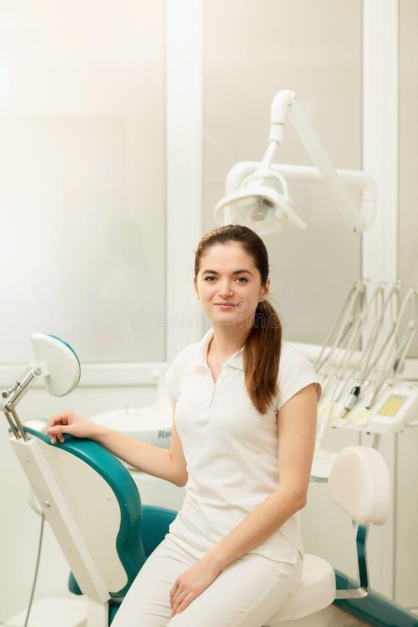 Γραφείο οδοντιάτρων Ένας γιατρός μέσα ενός συνόλου γραφείων οδοντιάτρων του ιατρικού εξοπλισμού στοκ φωτογραφία