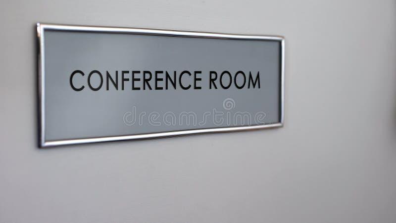 Γραφείο πορτών αίθουσας συνδιαλέξεων, επιχειρησιακή διαπραγμάτευση, συνεδριάσεις της εργασίας, συζήτηση στοκ εικόνες
