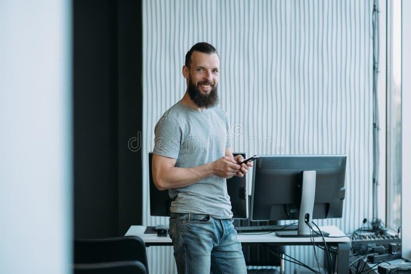 Γραφείο προγραμματιστή λογισμικού προγραμματισμού υπολογιστών στοκ φωτογραφίες
