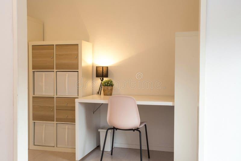 Γραφείο στο σύγχρονο οργανωμένο άσπρο δωμάτιο, εγχώριο εσωτερικό με, πράσινες εγκαταστάσεις και λαμπτήρας στοκ εικόνα με δικαίωμα ελεύθερης χρήσης