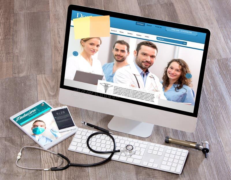 Γραφείο του ξύλινου γιατρού στον υψηλό καθορισμό με το lap-top, την ταμπλέτα και το MO στοκ εικόνες