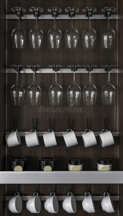 Γραφείο των γυαλιών κρασιού και των διάφορων φλυτζανιών στοκ φωτογραφίες με δικαίωμα ελεύθερης χρήσης