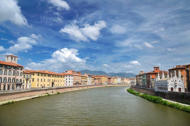 Γραφικά ζωηρόχρωμα ιστορικά κτήρια κατά μήκος του ποταμού Arno στην Πίζα, Ιταλία στοκ εικόνες