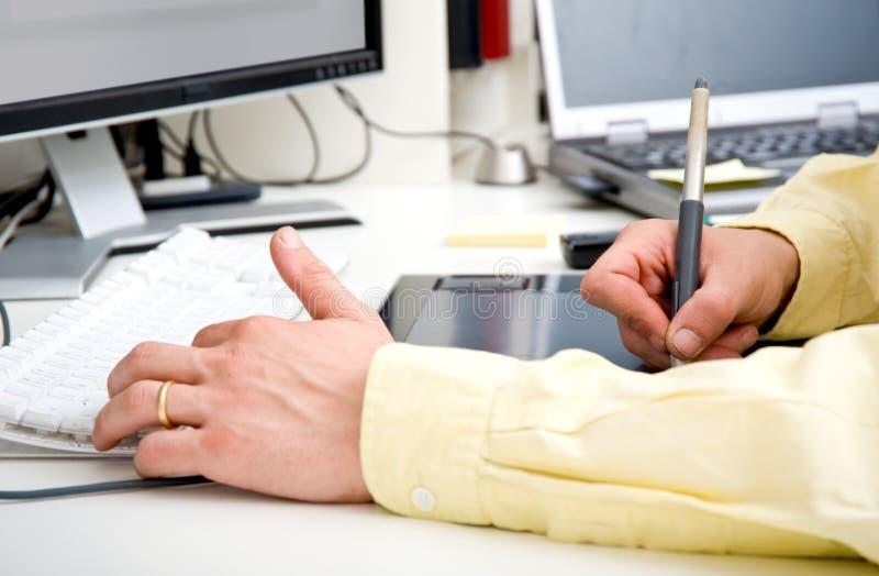γραφικά χέρια σχεδιαστών στοκ εικόνες