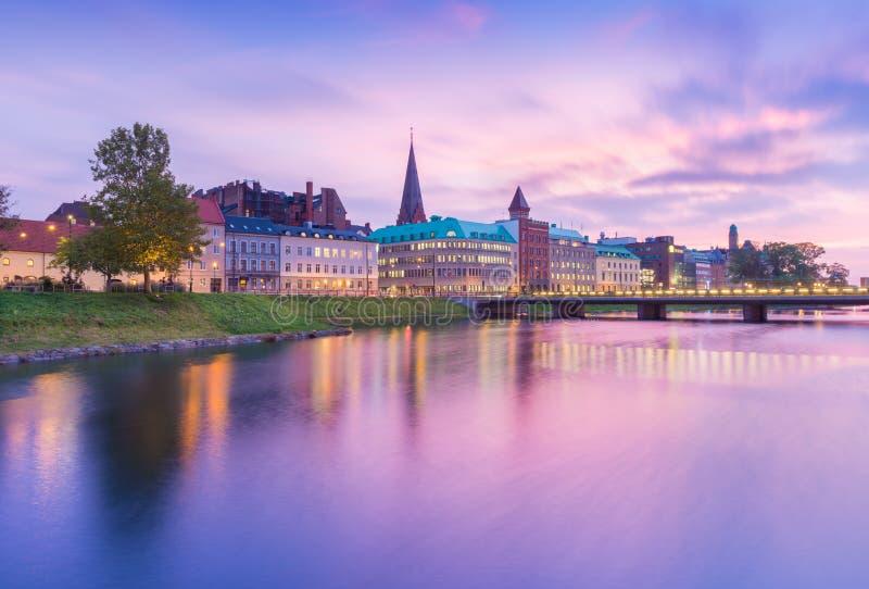 Γραφική άποψη μιας παλαιάς ευρωπαϊκής πόλης το βράδυ Ορίζοντας που απεικονίζεται στο νερό Μακροχρόνια φωτογραφία έκθεσης στοκ εικόνες